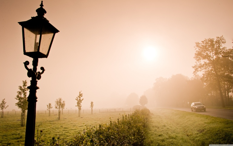 Lonely_lantern_in_the_fog-wallpaper-3840x2400